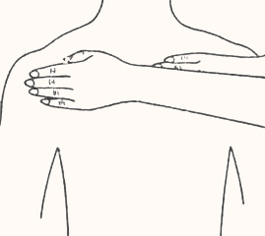 Положение рук на верхней части спины, позволяющие выполнить стимуляцию легких и сердца, а также снимать мышечное напряжение и головную боль
